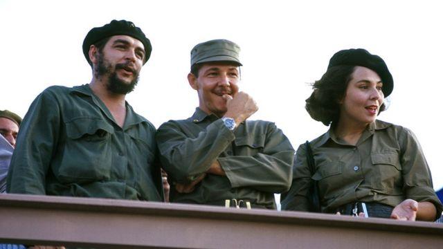 رائول کاسترو - وسط- به همراه همسرش و چهگوآرا