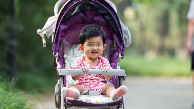 चीनमध्ये जन्मदर झपाट्यानं कमी होत आहे.