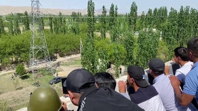 Люди на границе Кыргызстана и Таджикистана