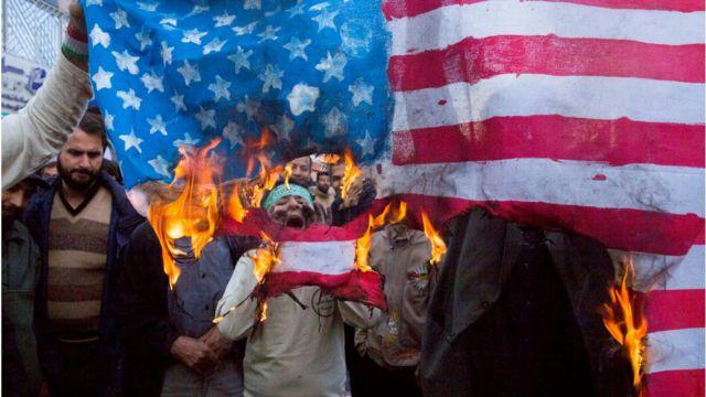 抗議者は4日、イランの首都テヘランにある旧米国大使館前で抗議デモを実施した