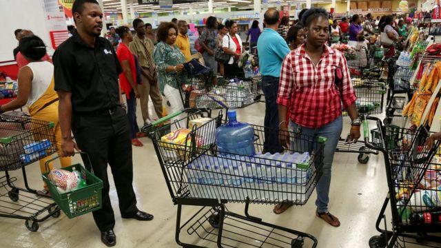 Compras de emergencia en Jamaica en vísperas de la llega de Matthew.
