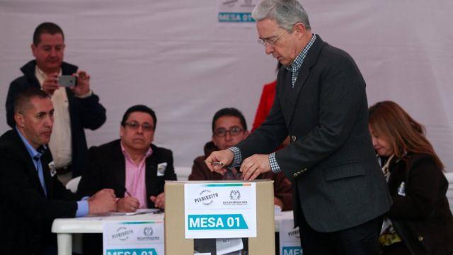 Uribe deposita su voto durante el plebiscito por la paz.