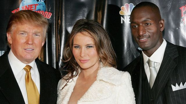 Donald Trump, Melania Trump y Randal Pinkett posan para las cámaras.