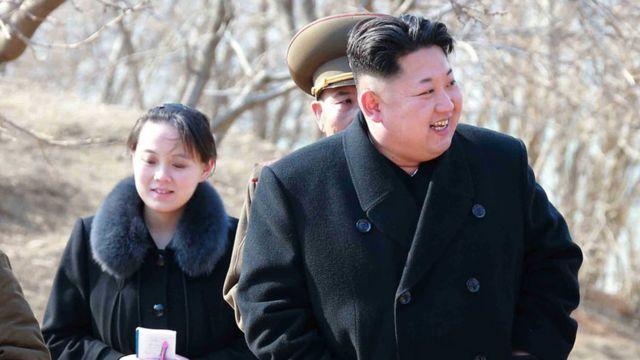 El líder norcoreano, Kim Jong Un, junto a su hermana menor.