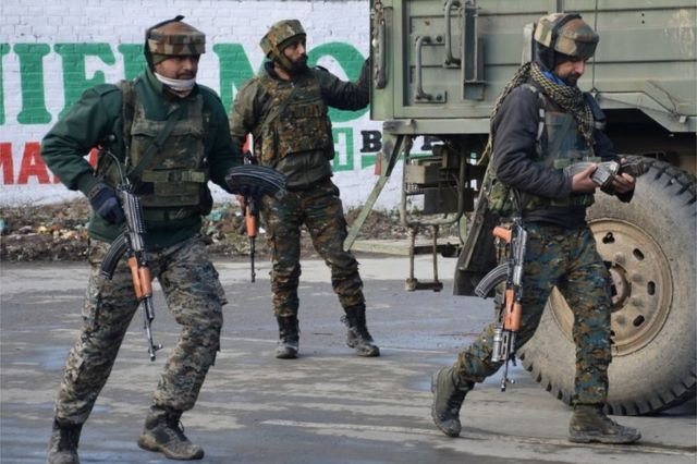جنود من الجيش الهندي يصلون موقعا قريبا من المعركة بين مسلحين وقوات الأمن الهندية قرب بولواما، جنوبي كشمير يوم 18 شباط/ فبراير.
