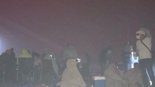 Moradores buscam refúgio na praia