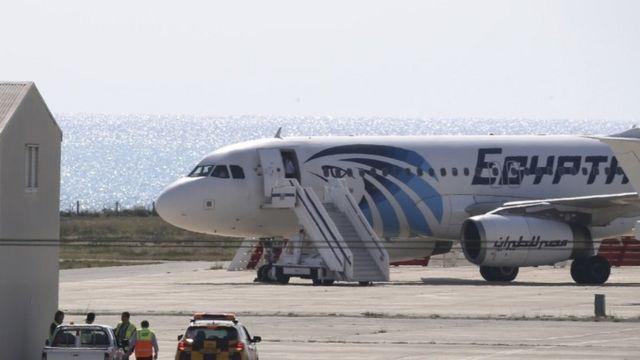 ハイジャックされキプロスのラルナカ空港に緊急着陸したエジプト航空機
