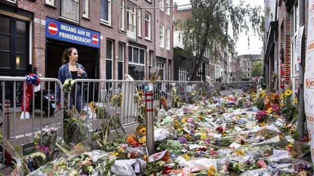 Kwiaty, w których zastrzelono Petera R de Vriesa