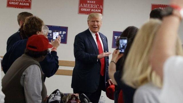 Donald Trump posa para fotos