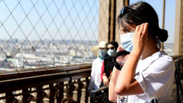 Una chica con mascarilla en la reapertura de la Torre Eiffel.