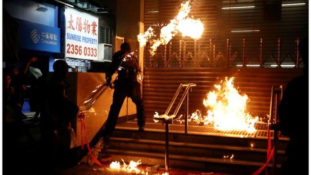 入夜后,激进示威者在红磡、黄埔附近破坏地铁站。