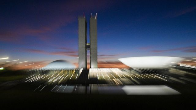 Foto com tremor e rastros de luz mostra Congresso Nacional no amanhecer