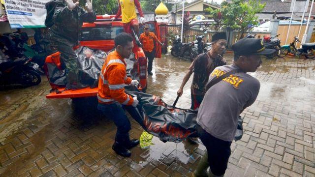 Equipos de emergencia rescatando heridos.