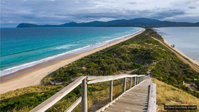 位于塔斯马尼亚海岸外的布朗尼岛( Bruny Island)实际是由一道地峡连接在一起的两个小岛。