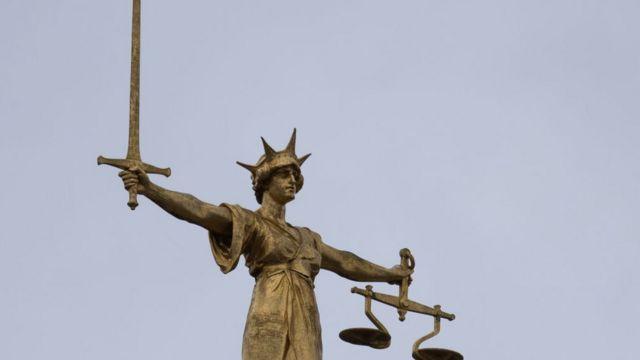 La estatua de la Justicia en el Tribunal Supremo de Londres, Inglaterra