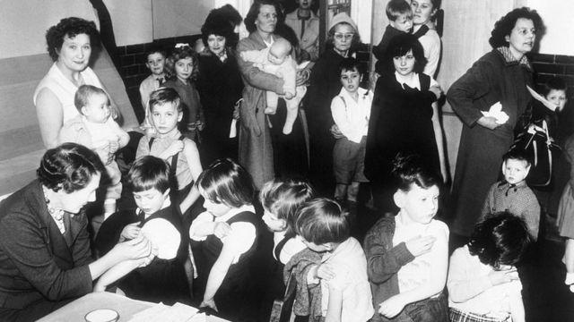 Niños reciben vacunas contra la viruela en 1962