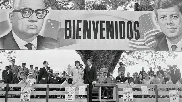 Jacqueline y JF Kennedy en un evento en Venezuela