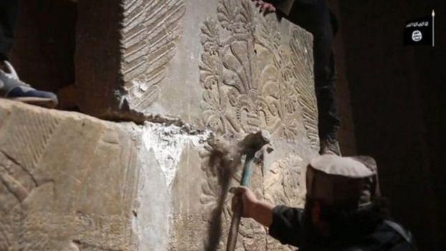 نشر تنظيم الدولة الإسلامية مقطعا مصورا في 2015 لمسلحيه وهم يدمرون معالم المدينة الأثرية
