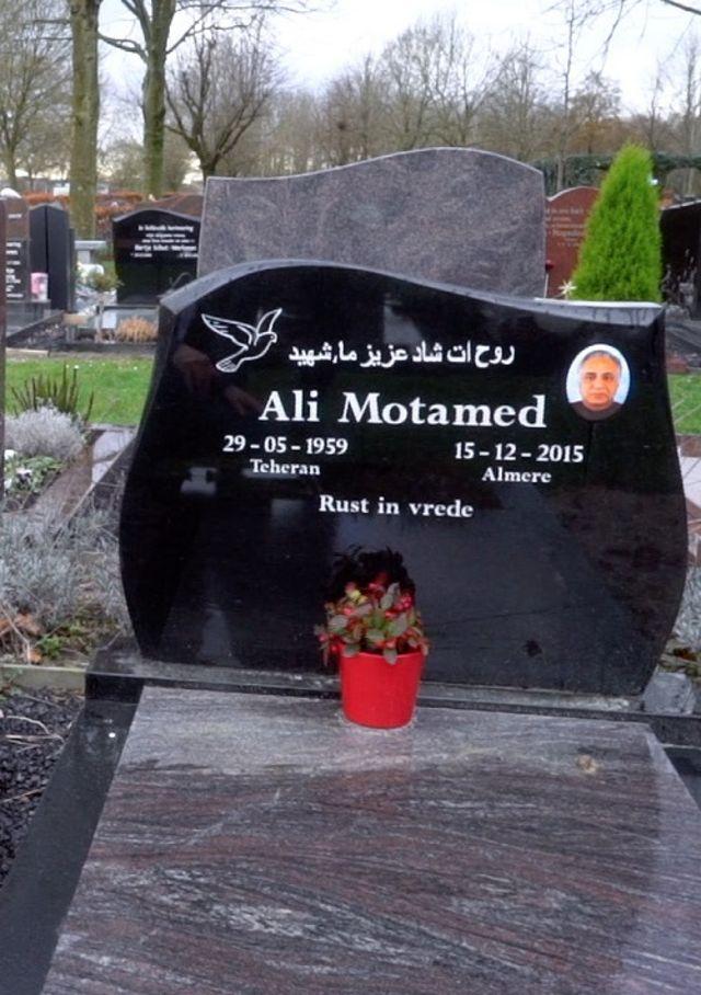 مزار علی معتمد در هلند که پس از قتل مشخص شد نام واقعی او محمدرضا کلاهی است