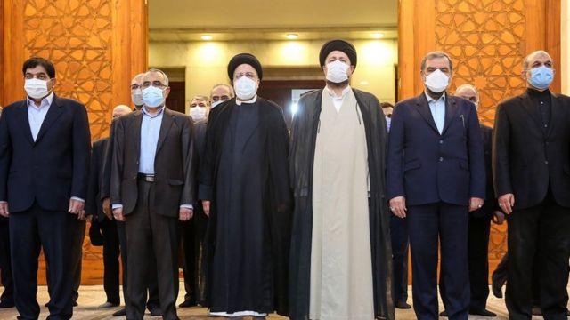 حسن خمینی در کنار اعضای کابینه