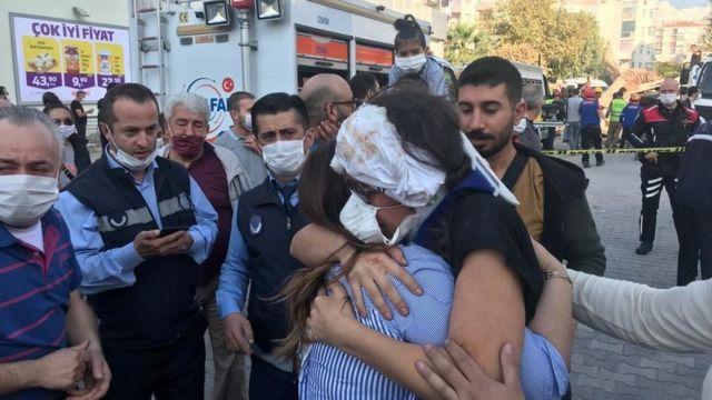 Bornova'da yaralı bir kadın binadan kurtarıldıktan sonra bir akrabasıyla sarıldı.