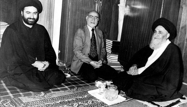 مهدی بازرگان (وسط) در دیدار با آیت الله مرعشی نجفی (راست)