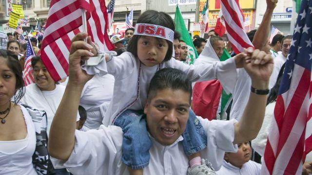 Un hombre y una niña en una marcha de inmigrantes mexicanos en EE.UU.