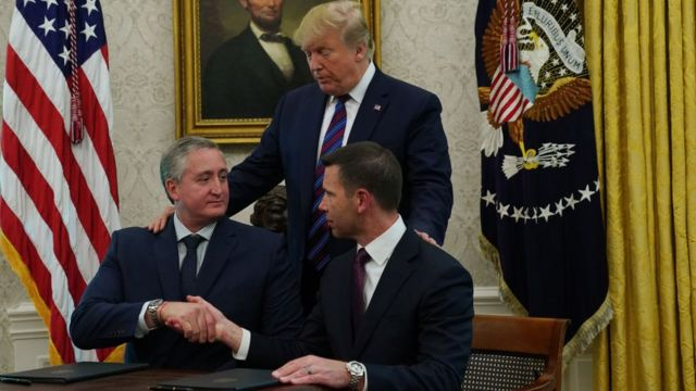 Donald Trump junto a Kevin McAleenan, el encargado del departamento de Seguridad Nacional de EE.UU.; y el ministro del Interior de Guatemala, Enrique Degenhart.