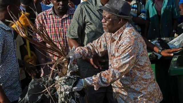 Perezida Magufuli mu bikorwa by'isuku ku munsi w'ubwigenge