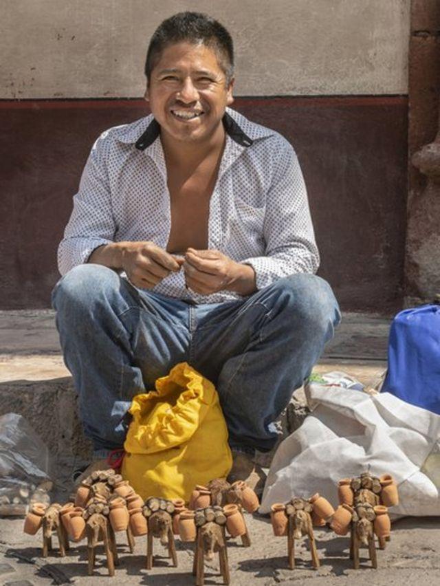 Hombre mexicano artesano