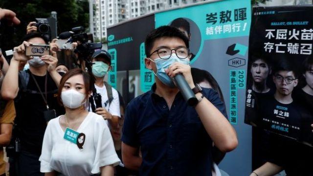黄之锋(右)与袁嘉蔚(左)在初选当天在街头拉票。