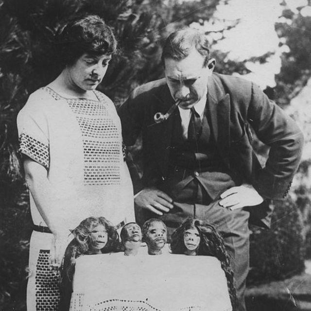 Lady Richmond Brown observa sua coleção de cabeças encolhidas em 1925