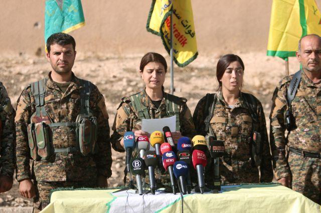 ラッカ奪還作戦を発表するシリア民主軍の司令官ら(6日)