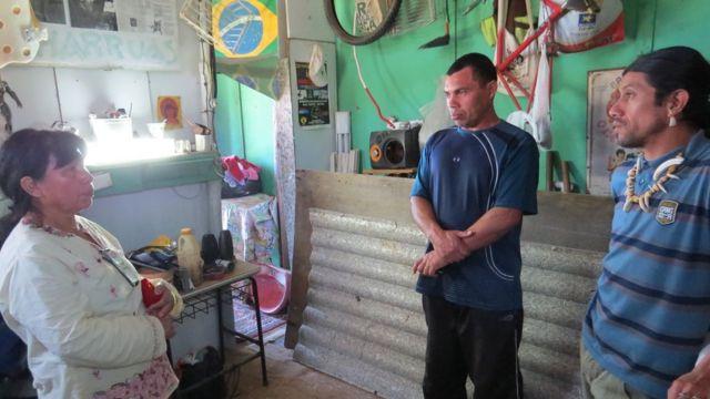 Acuab (à esquerda) e Cacique Guaiamá (à direita) mostram o local onde produz artesanatos