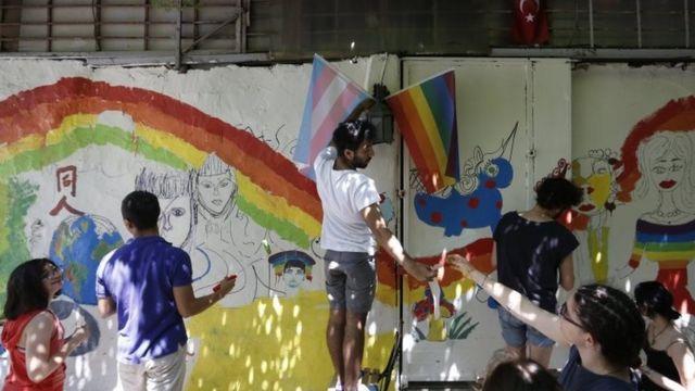 نشطاء يرسمون جداريات بألوان قوس قزح قبل تنظيم المسيرة السنوية
