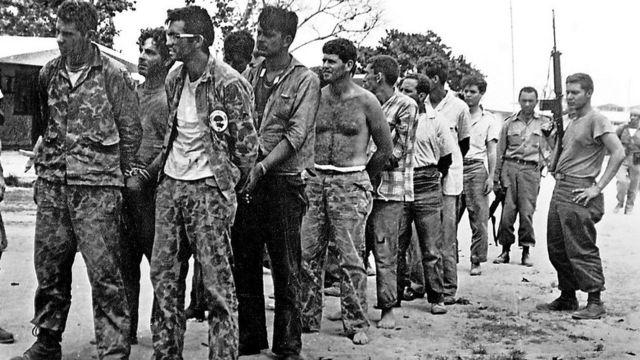 Anticastristas prisioneros en Bahía Cochinos