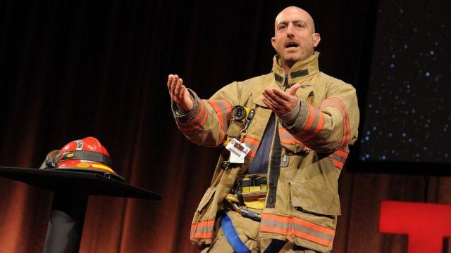 Марк Безос - пожежник-волонтер