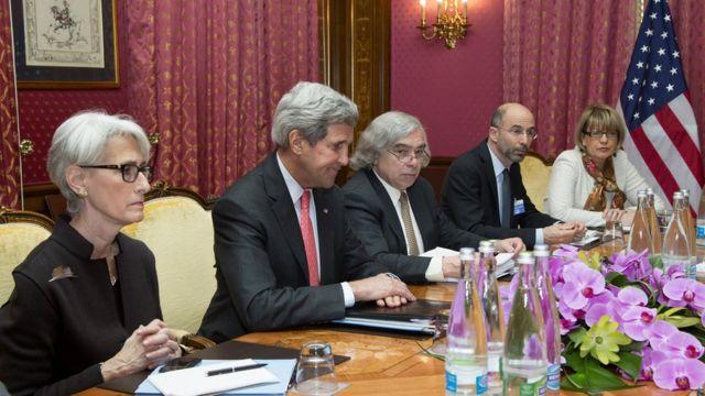 راب مالی نفر دوم از راست جزو تیم مذاکرات دولت اوباما با ایران بود