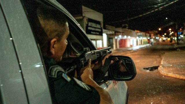 Policial militar durante patrulha