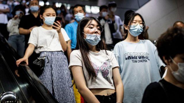 Pasajeros en Wuhan, China.