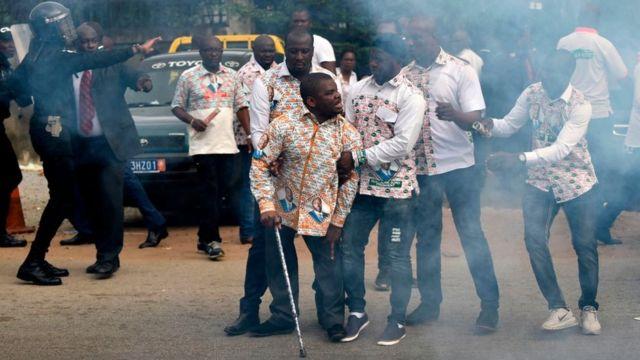 Des partisans de Guillaume Soro, dont son frère le député Soro Kanigui (au centre) face à la police ivoirienne à Abidjan.