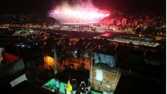 Los fuegos artificiales de la ceremonia inaugural de Río 2016 desde la favela Mangueira.