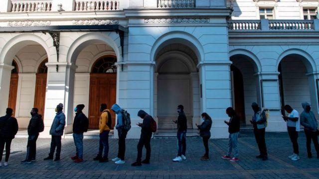 Colas en Santiago de Chile para pedir información