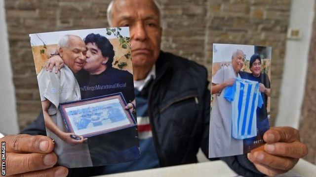 الحكم السابق علي بن ناصر يحمل صوره مع مارادونا
