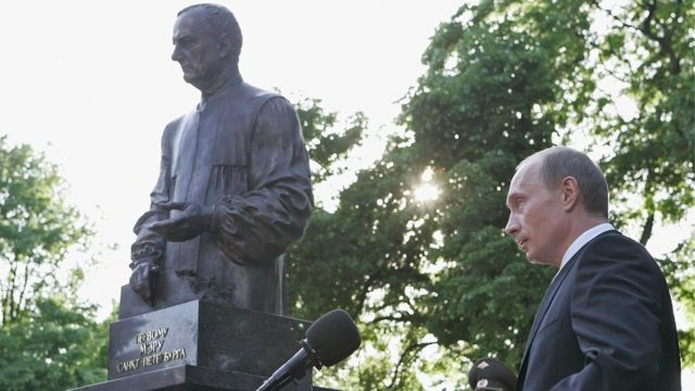 بوتين يكشف الستار عن تمثال لمعلمه وعمدة سانت بطرسبيرغ، أناتولي سوبتشاك، في يونيو/حزيران 2006