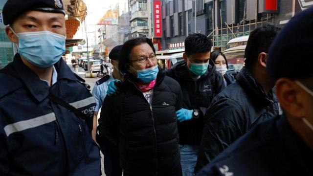 黄国桐被警员押返他的区议员办公室调查。
