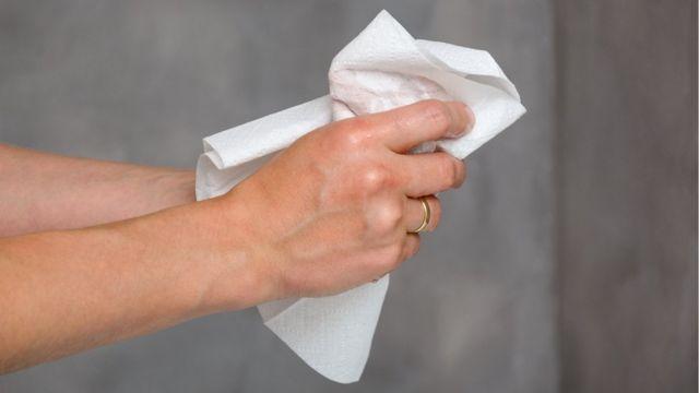 Mulher secando as mãos