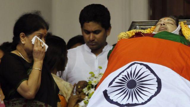 अन्नाद्रमुक ने शशिकला को पार्टी की कमान सौंप दी है.