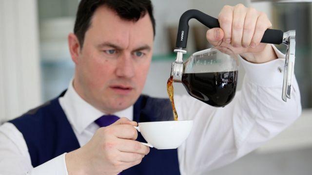Un hombre sirviendo café