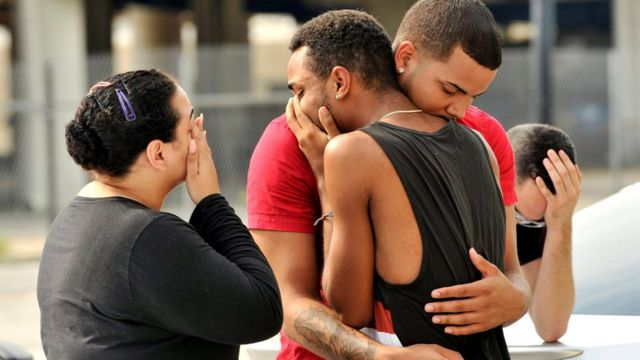 Familiares y amigos de las víctimas de la matanza en el club Pulse, de Orlando, Florida, se congregan frente a la estación de policía que investiga la masacre.